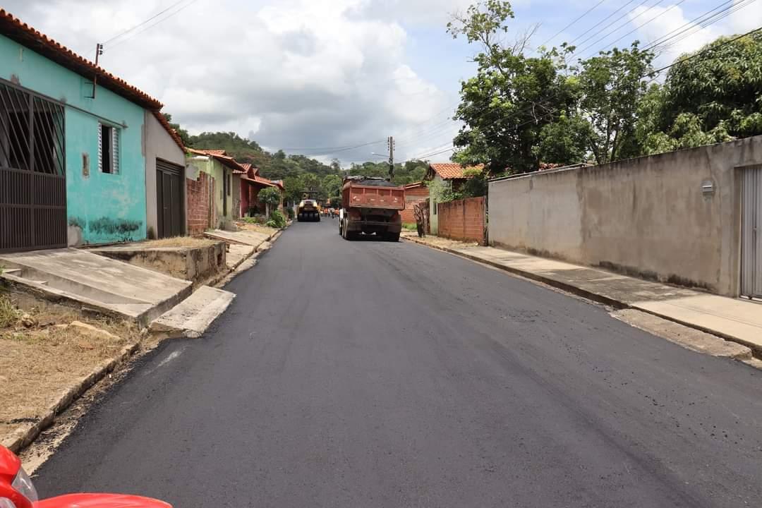 Prefeito João Luiz acompanha obras de pavimentação asfáltica nos bairros de Monsenhor Gil - Imagem 1