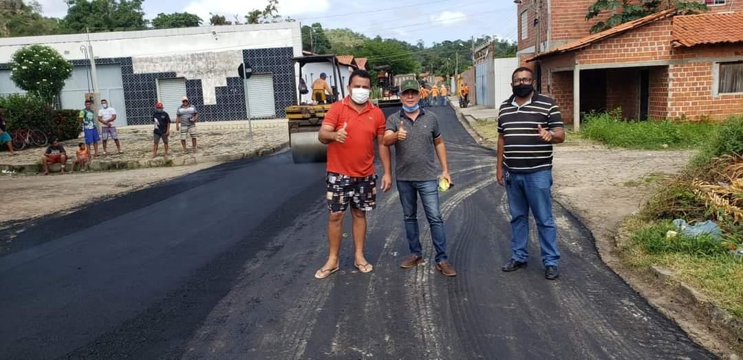 Prefeito João Luiz acompanha obras de pavimentação asfáltica nos bairros de Monsenhor Gil - Imagem 4