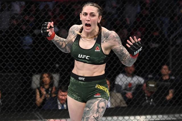 Megan Anderson comemora a vitória sobre Norma Dumont, que a credenciou a disputar o cinturão — Foto: Getty Images