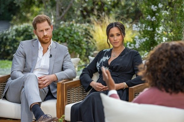 A atriz Meghan Markle e o Príncipe Harry sendo entrevistados pela apresentadora Oprah Winfrey (Foto: Harpo Productions/Joe Pugliese)