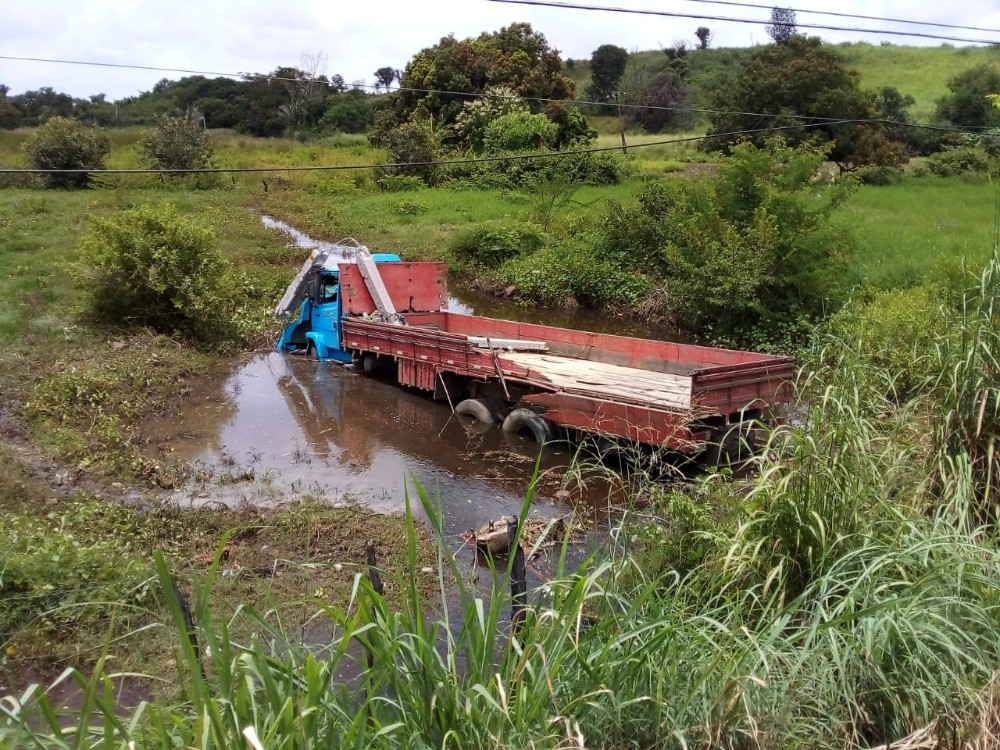 Motorista do caminhão sofreu apenas ferimentos leves após cair no córrego (Foto: Canal 121)