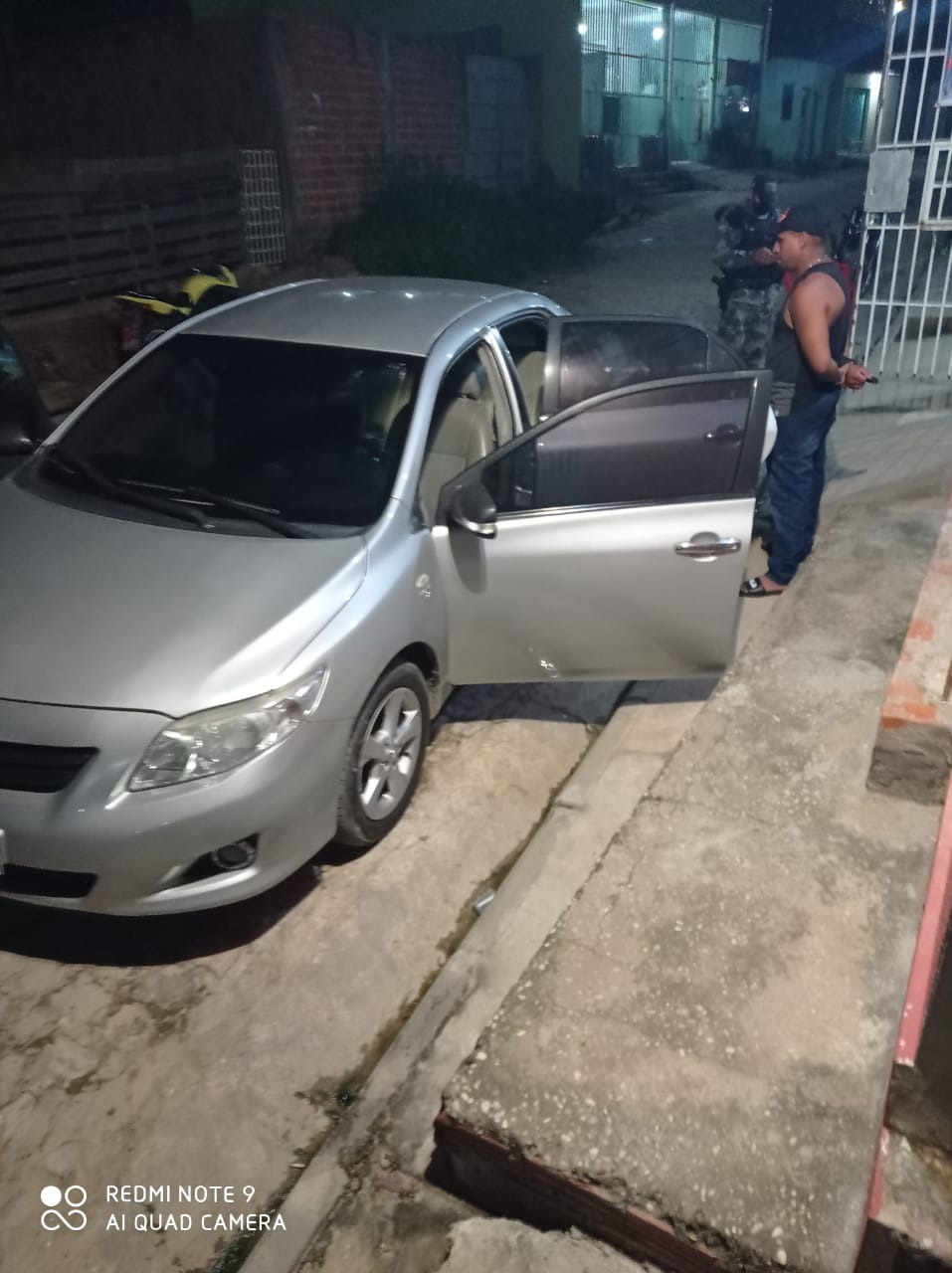 Os policiais militares fazem busca em Teresina na madrugada desta sexta (9)
