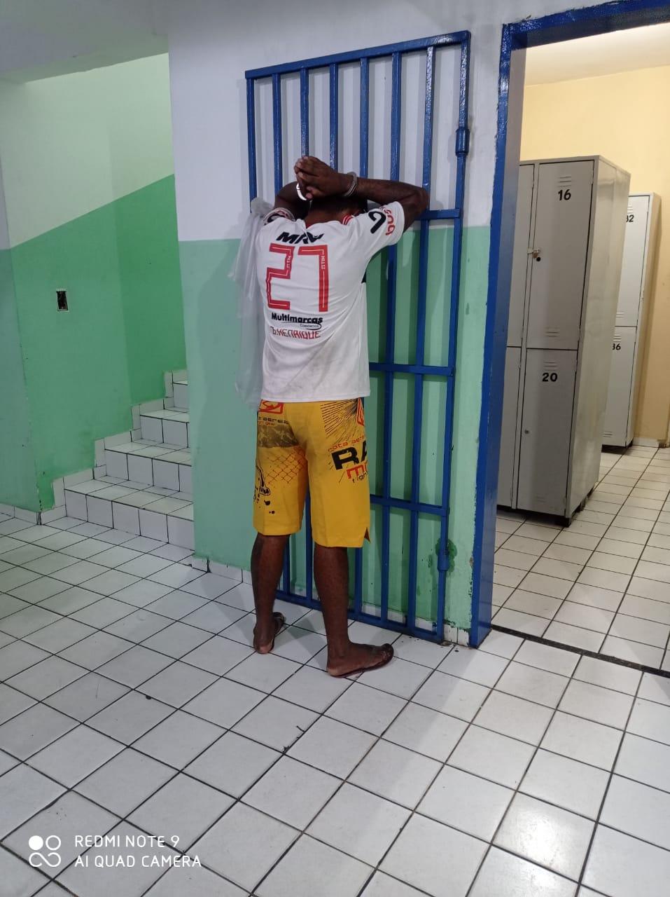 Os policiais militares recapturaram, no sexta (9), fugitivo da Penitenciária Major César de Oliveira Edson Almeida dos Santos