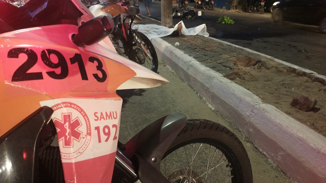 Homem morre após passar mal em moto e colidir em poste em Teresina (Foto: Kilson Dione/ Portal Meio Norte)