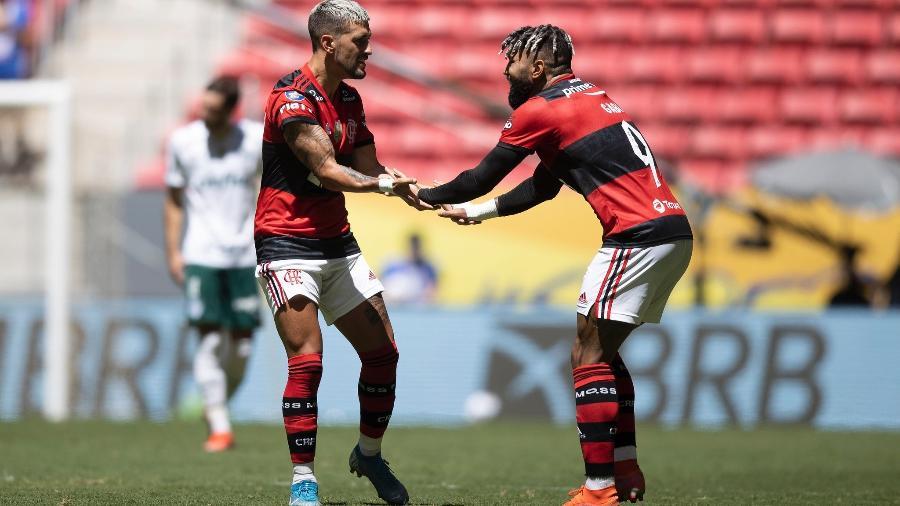 Gabigol e Arrascaeta comemoram gol do Flamengo - Foto: Lucas Figueiredo