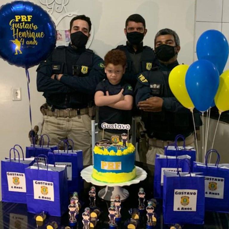 Garoto fã da PRF ganha festa de policiais em seu aniversário de 4 anos- Foto: PRF