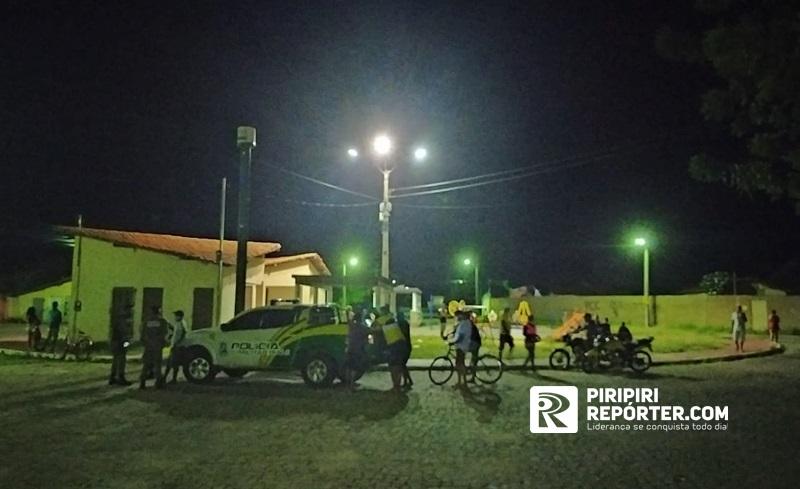 Jovens foram baleados enquanto estavam em uma praça do residencial (Foto: Reprodução/ Piripiri Repórter)