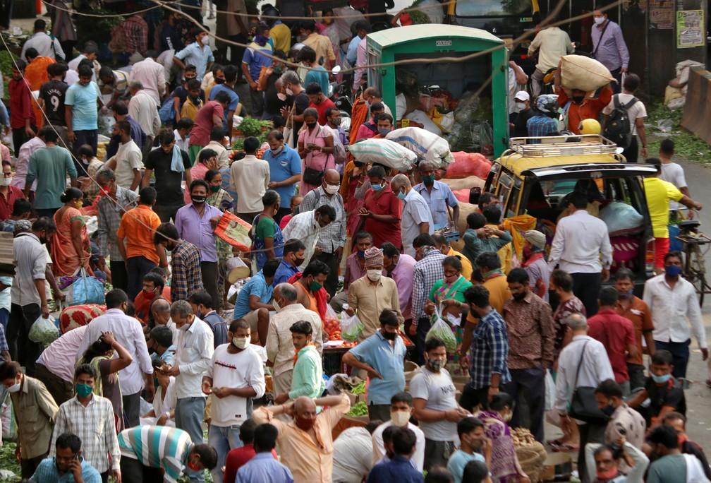 Pessoas fazem compras em 5 de abril em mercado de Mumbai, na Índia, em meio à pandemia do novo coronavírus — Foto: Niharika Kulkarni/Reuters