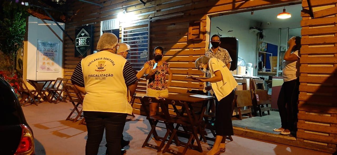 Vigilância Sanitária durante fiscalização em Teresina (Foto: Divulgação/ FMS)
