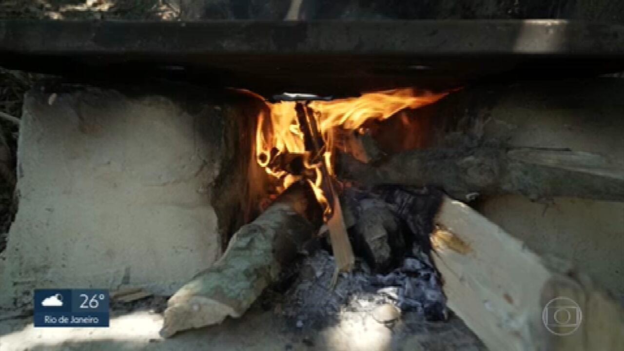 Famílias voltam a ausar a lenha para cozinhar (Foto: Rede Globo)
