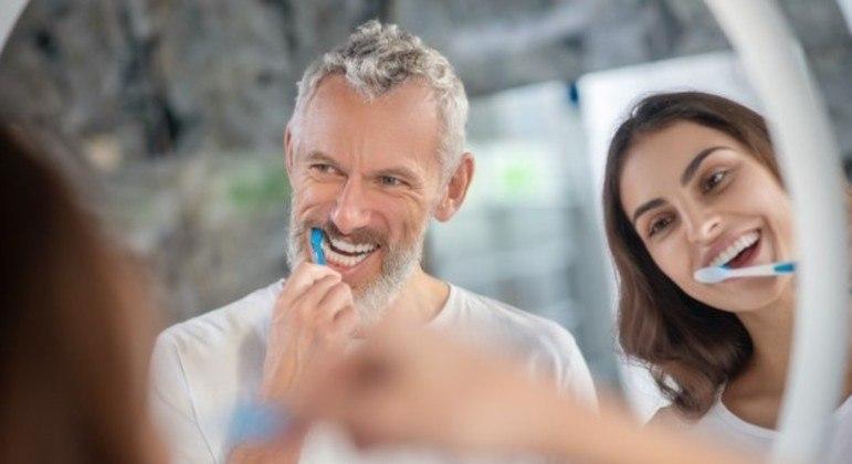 Escovação diária dos dentes evita a gengivite. (Foto: FREEPIK )