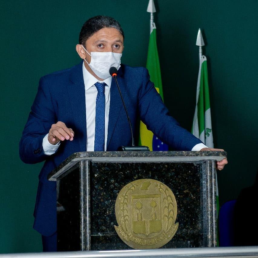 Prefeito Junior Ribeiro em reunião na Câmara Municipal de Água Branca (Foto: Instagram)