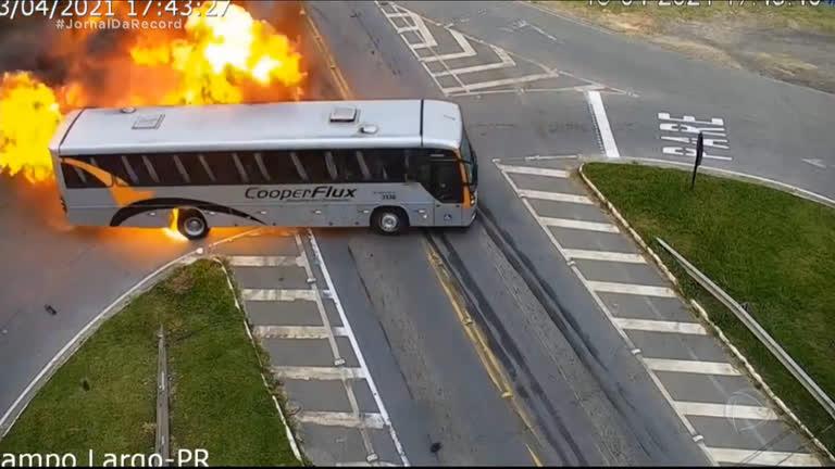 Vídeo mostra acidente com explosão entre carro, ônibus e caminhão - Imagem 1