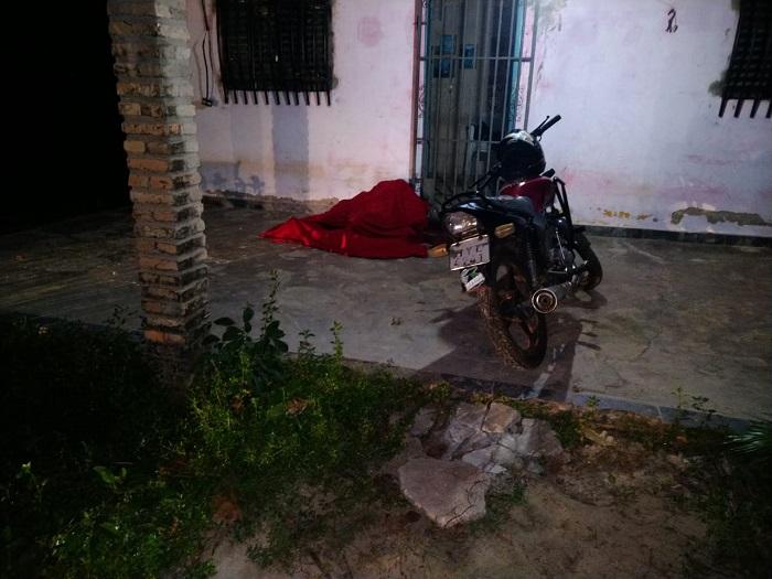 Vítima foi surpreendida a tiros por dois homens em uma moto - Foto: Reprodução