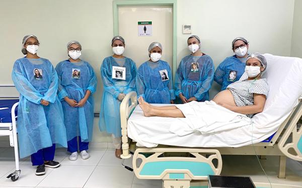 Profissionais passam a atender pacientes com crachás personalizados/ Governo do Ceará