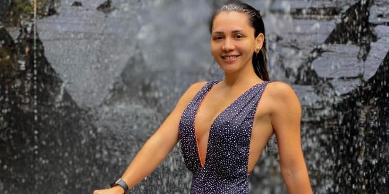 """Karuana Carvalho posta foto na cachoeira e ganha elogios: """"Linda"""""""