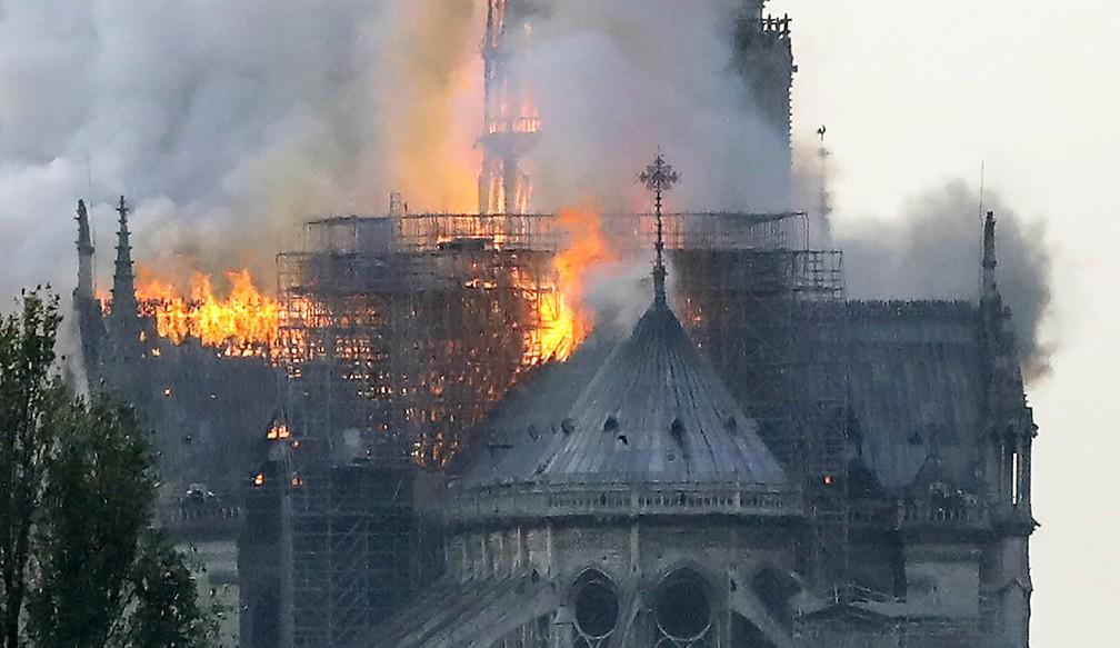 Fogo atingiu catedral de Notre-Dame