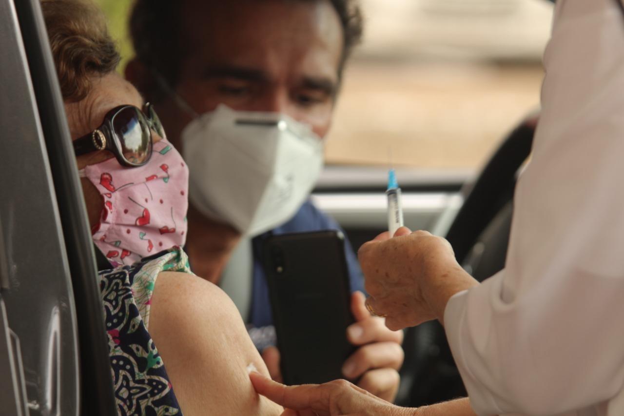 Idosa recebendo vacina da Covid-19 em Teresina (Foto: Raíssa Morais/ Portal Meio Norte)