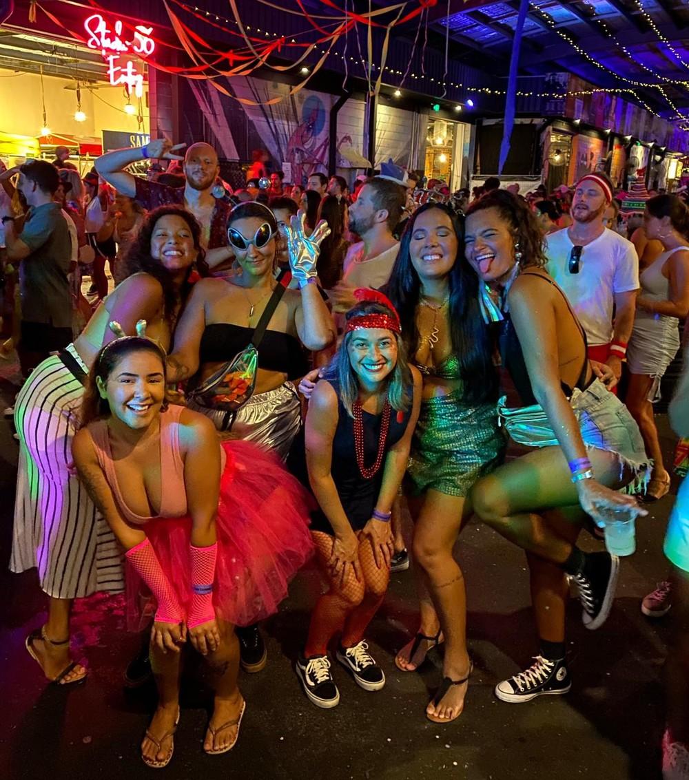 Giovanna com as amigas em uma festa de carnaval na Austrália após a liberação dos eventos — Foto: Giovanna de Lamos Costa/Arquivo pessoal
