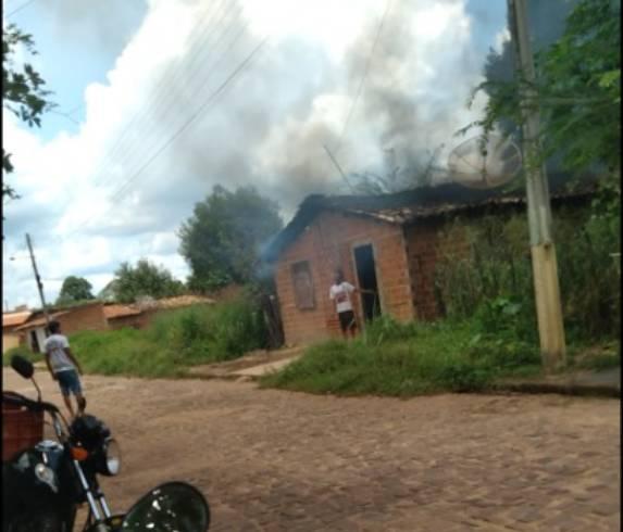Homem tenta colocar fogo em casa de mulher em Piripiri (Foto: Reprodução/ WhartsApp)