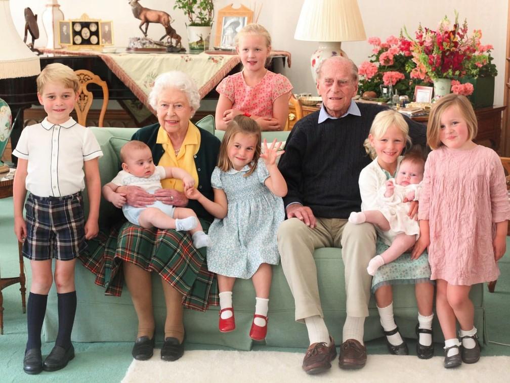 A Rainha Elisabeth e o Princiep Philip junto com os bisnetos/Duquesa de Cambridge/Arquivo Pessoal