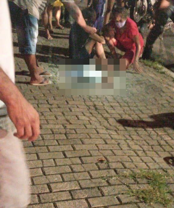 Bebê ficou caído na calçada após ser atropelado por motoqueiro - Foto: Reprodução