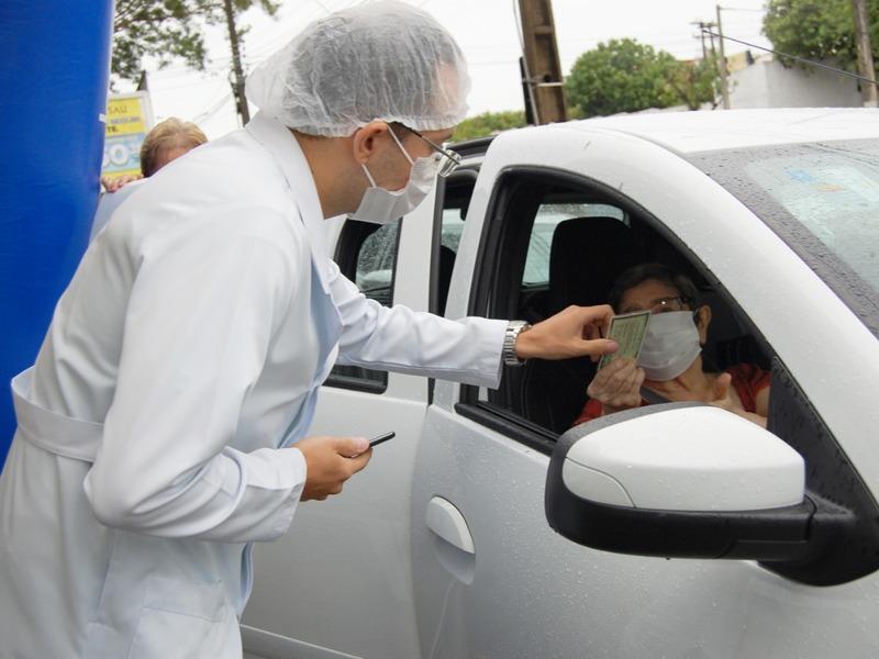 Vacinação de idosos acontece em pontos de drive trhu em Teresina - Foto: Divulgação/FMS