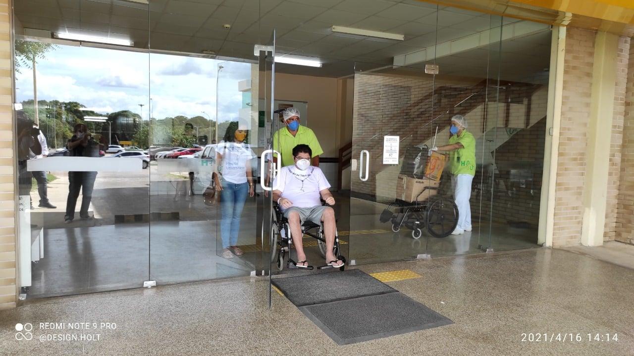 Carlos Mesquita recebe alta hospitalar do HU-UFPI (Foto: Divulgação)