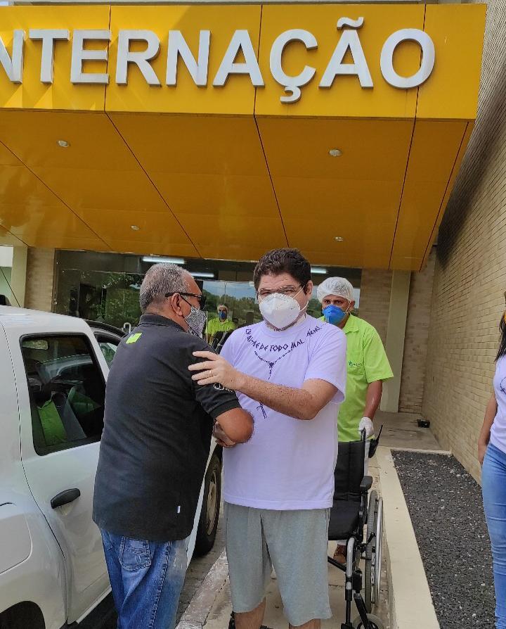 Jornalista Carlos Mesquita recebe alta hospitalar (Foto: Divulgação)