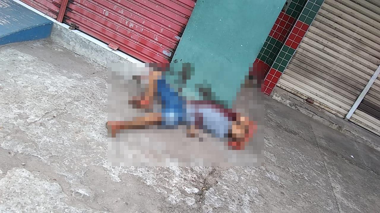 O outro foi atingido e morreu na calçada próximo ao local do tiroteio - Foto: Reprodução