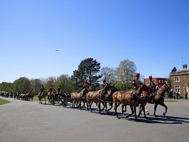 Royal Horse Artillery é fotografada enquanto faz a volta pelo castelo - Foto: Getty Images