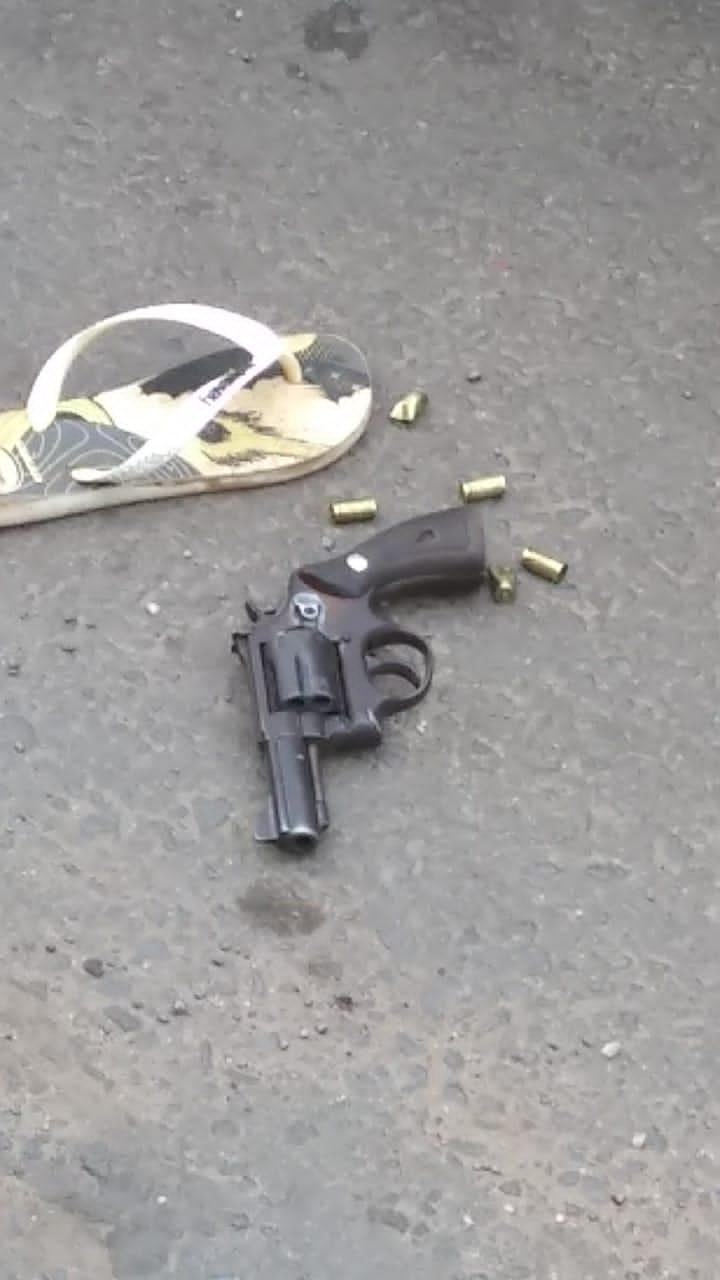 Uma arma foi encontrada próxima dos criminosos - Foto: Reprodução