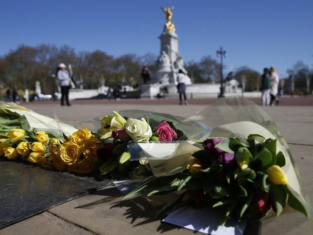 Flores em homenagem ao Príncipe Philip são espalhadas na cidade - Foto: Getty Images