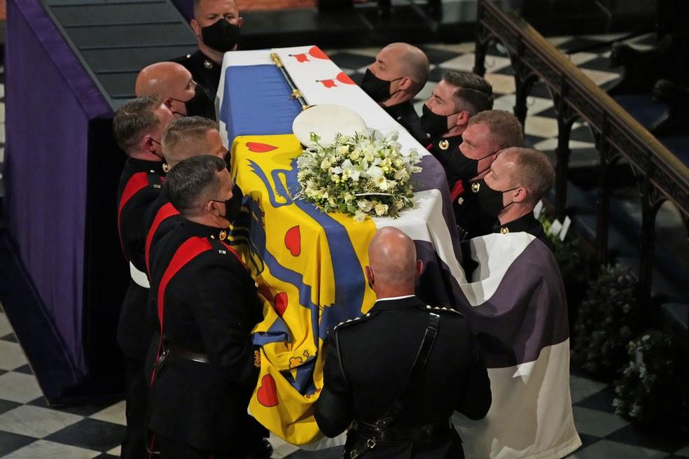 Membros da guarda real com o caixão do príncipe Philip (Foto: Yui Mok/Pool/Reuters)