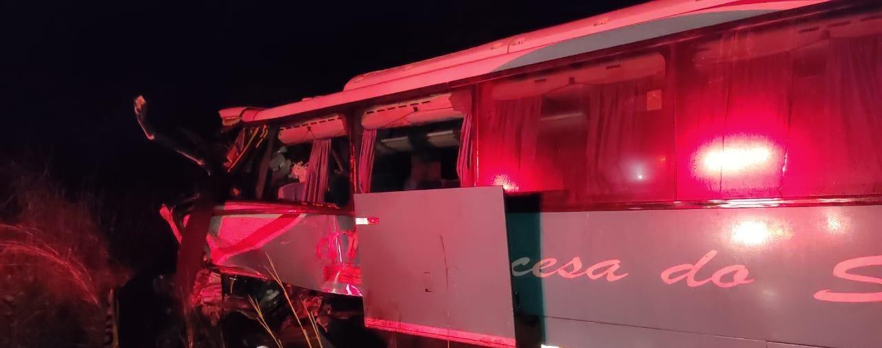 Ônibus da Princesa do Sul colidiu com carreta no Piauí