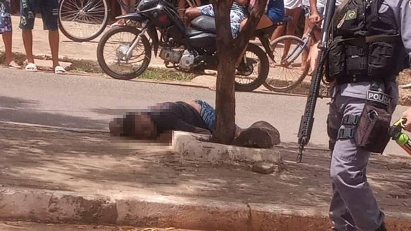 Vítima estava em via pública quando foi surpreendida e morta - Foto: Reprodução