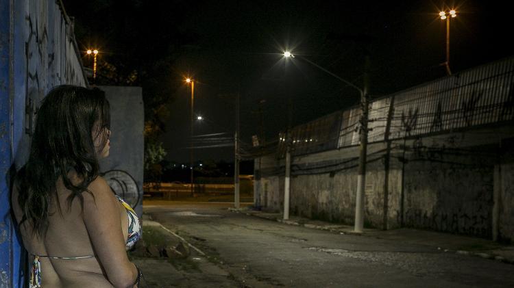 Mirella* começou a se prostituir nos últimos meses para ajudar a pagar uma dívida com agiota Imagem: Keiny Andrade/UOL.