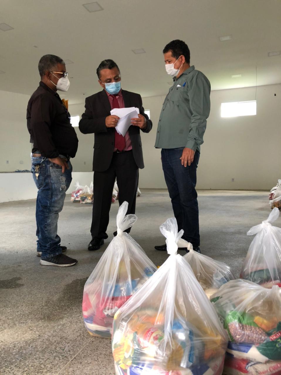 Vereador durante entrega de cestas básicas (Foto: Divulgação)