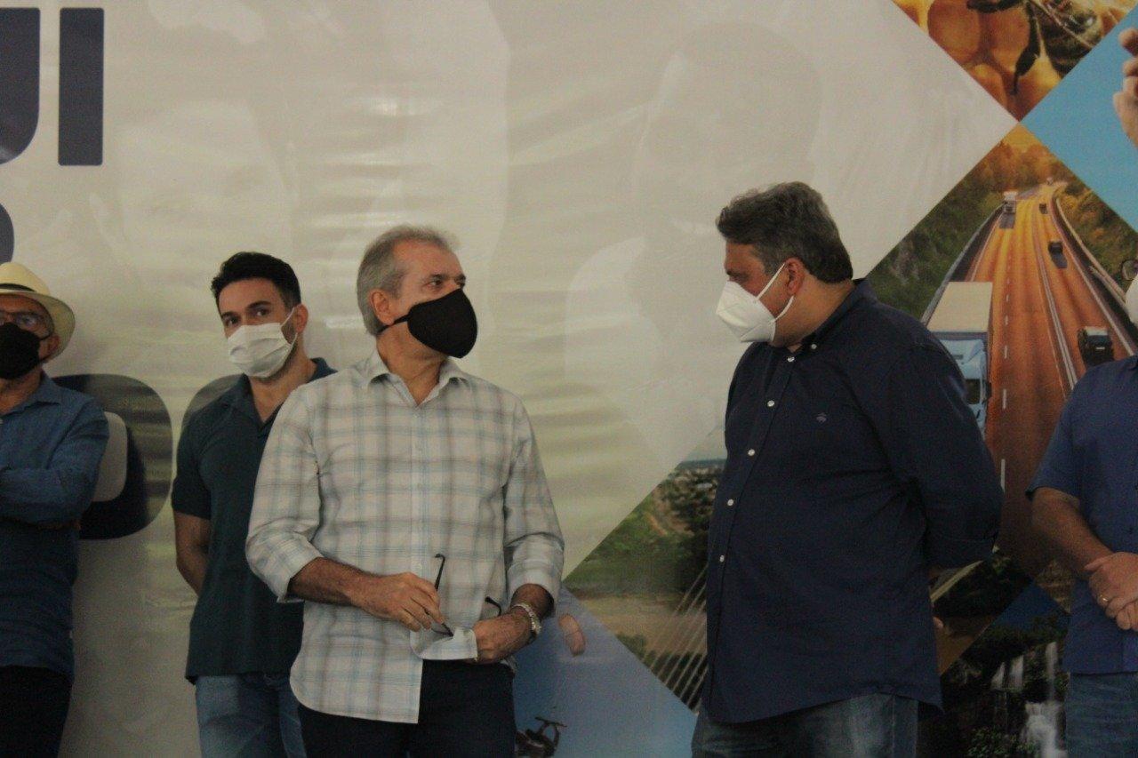 Júlio Arcoverde conversa com JVC em solenidade de lançamento da pré-candidatura de Ciro (Foto: Raissa Morais)