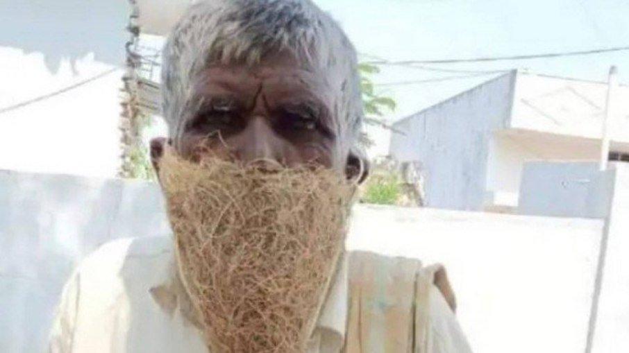 Indiano usa ninho como máscara contra Covid-19. (Foto: Reprodução Twitter)