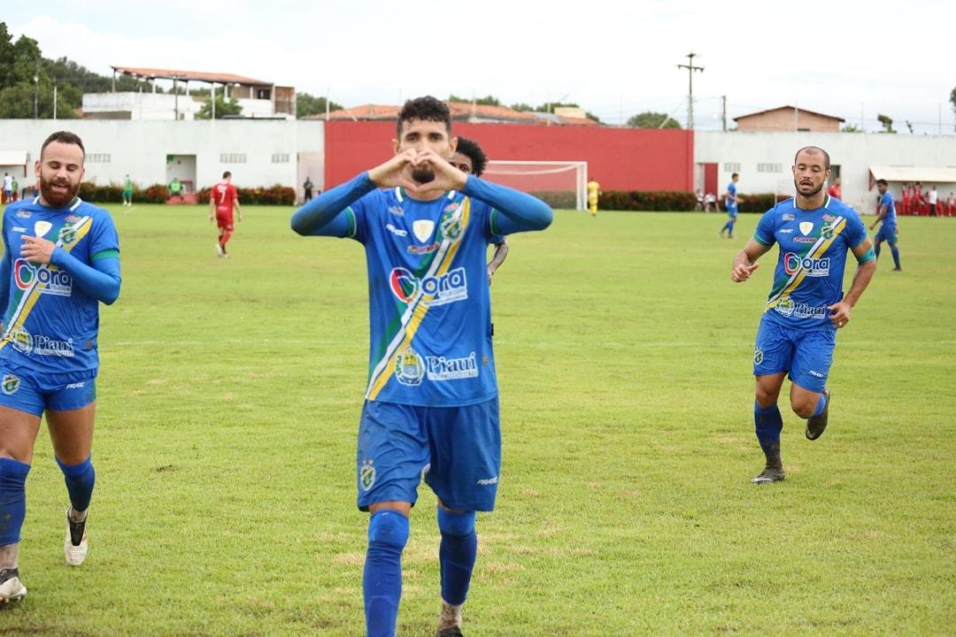 Manoel, camisa 9 do Altos, marcou quatro gols na partida- Foto: @luisjuniorcinegra/Facebook Altos