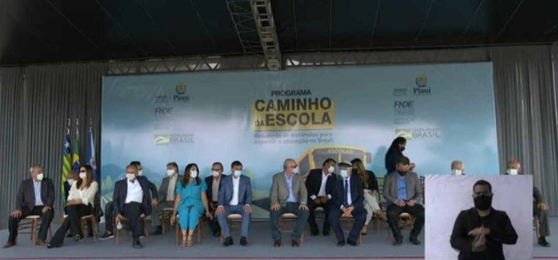 Solenidade de entrega de ônibus conta com a presença de diversas autoridades (Foto: Reprodução)