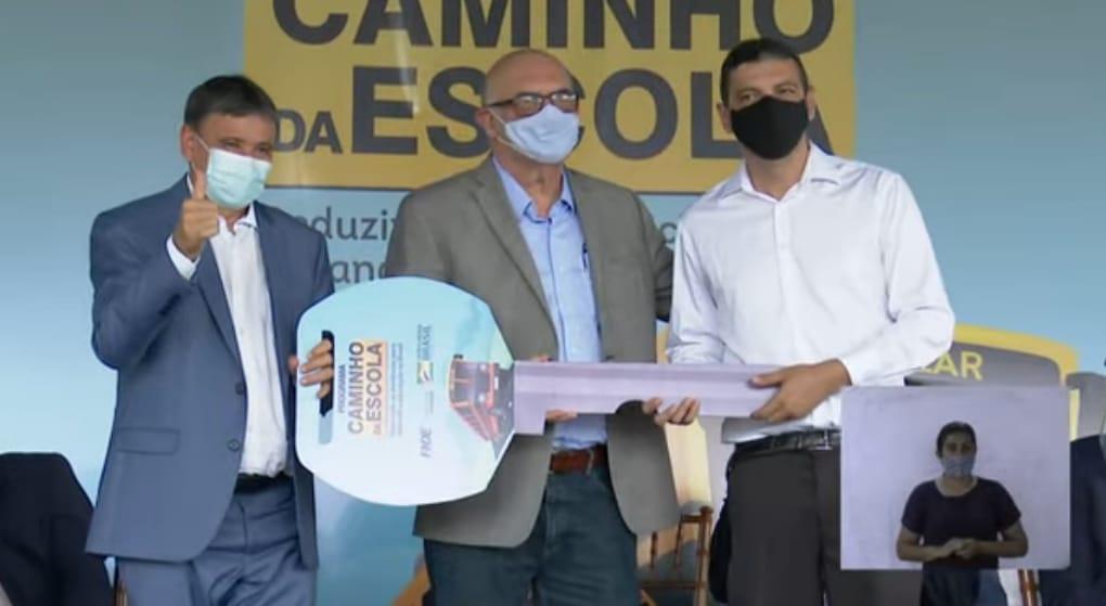 Entrega simólica da chave dos ônibus escolares para o Piauí (Foto: Reprodução)