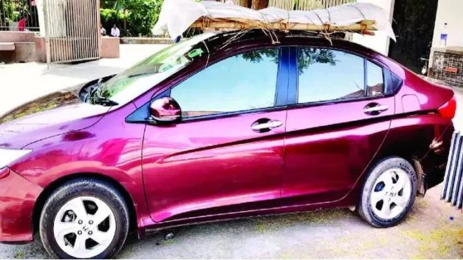 Filho desesperado amarrou corpo do pai no teto de carro para levar a crematório Foto: Reprodução-Twitter