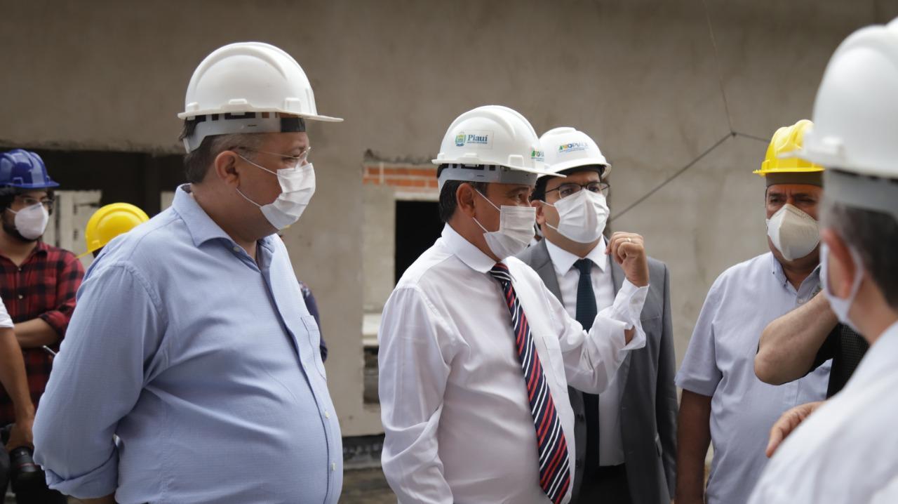 Wellington Dias, Florentino Neto e Rafael Fonteles visitam obras da saúde