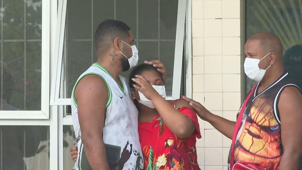 Os pais de Kaio, Ricardo e Thais, são consolados por um amigo — Foto: TV Globo