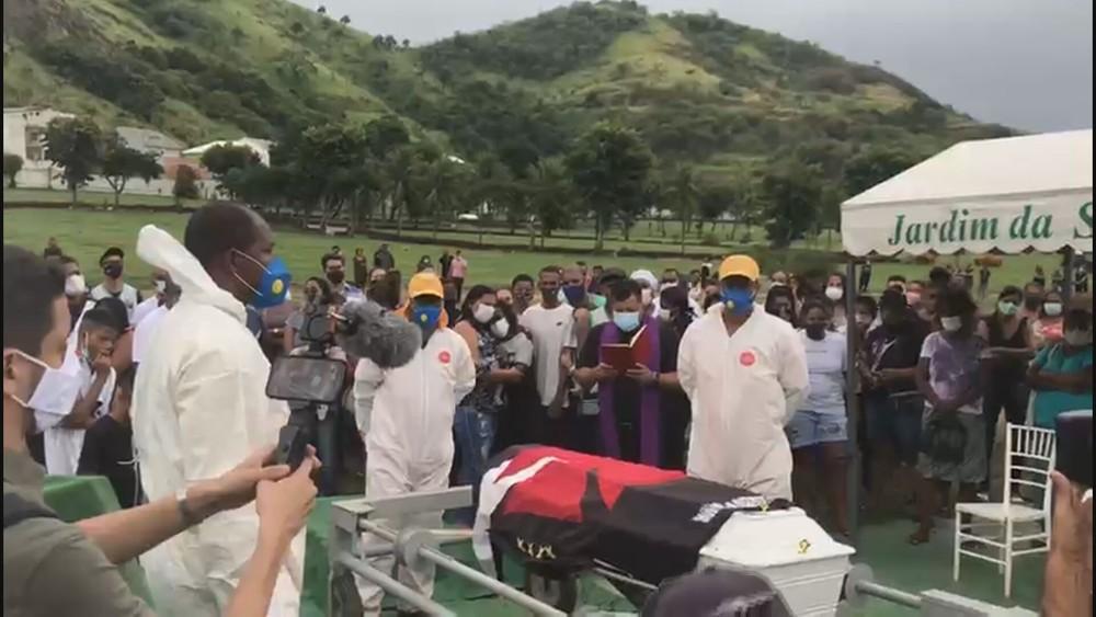 Homenagem a Kaio com a bandeira do Vasco, time do coração do menino — Foto: TV Globo