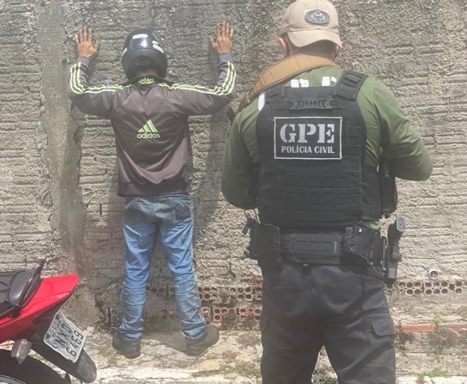 Polícia Civil aborda o suspeito de importunação sexual - Foto: Divulgação