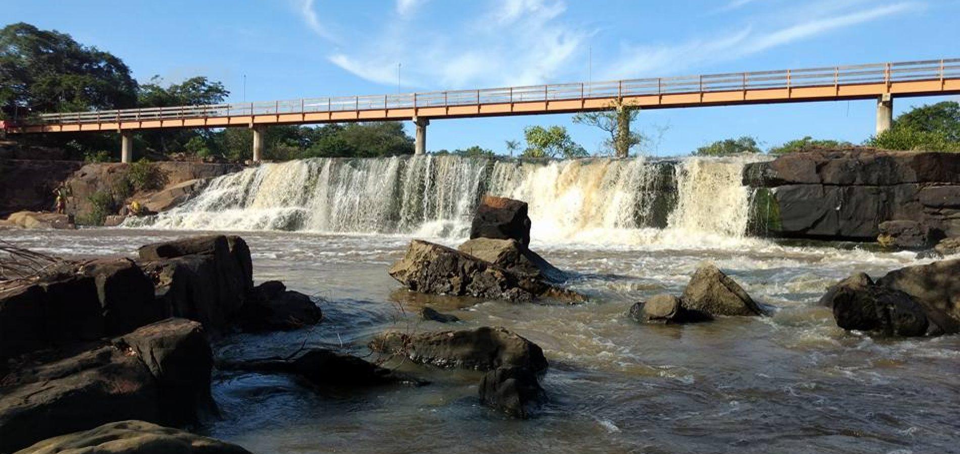 Pescador foi encontrado sem sinais vitais nas rochas da cachoeira (Foto: Bernardo Augusto/ Cidades na Net)