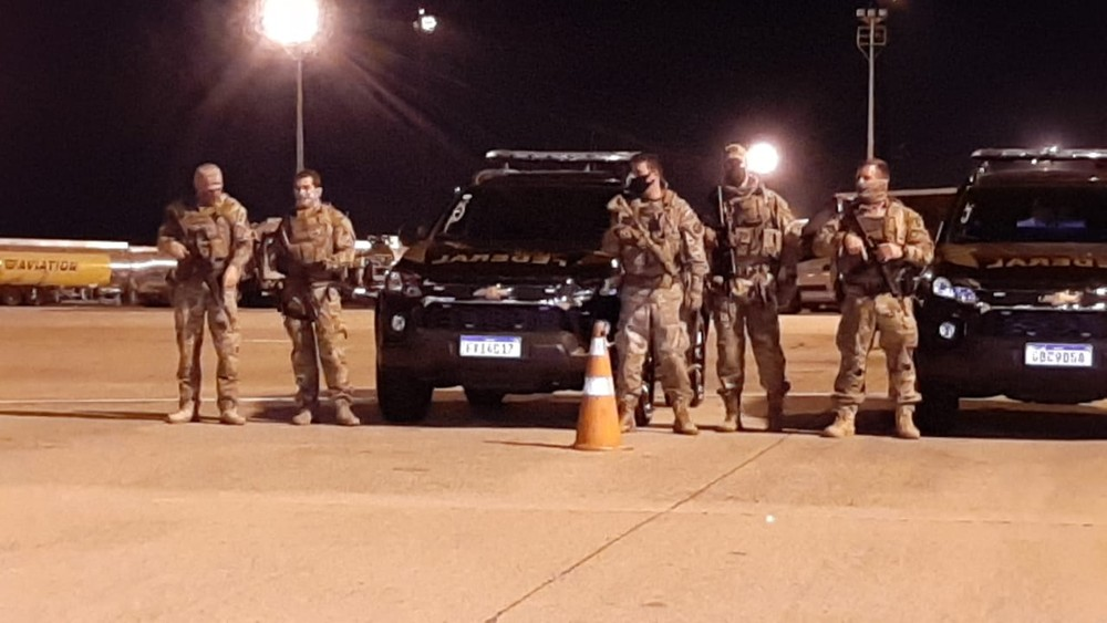 Equipes da Polícia Federal fazem a segurança no pátio em Viracopos — Foto: Vanderlei Duarte/EPTV